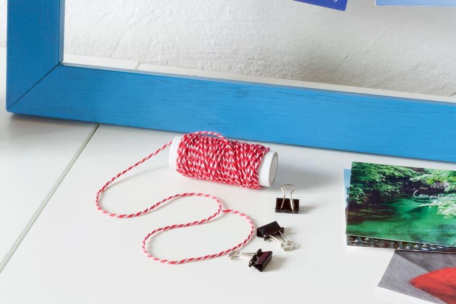 Postkarten und Fotos aufhängen mit Aktenklammern
