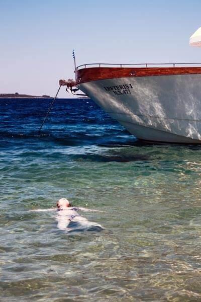 Im Hintergrund sieht man das Boot