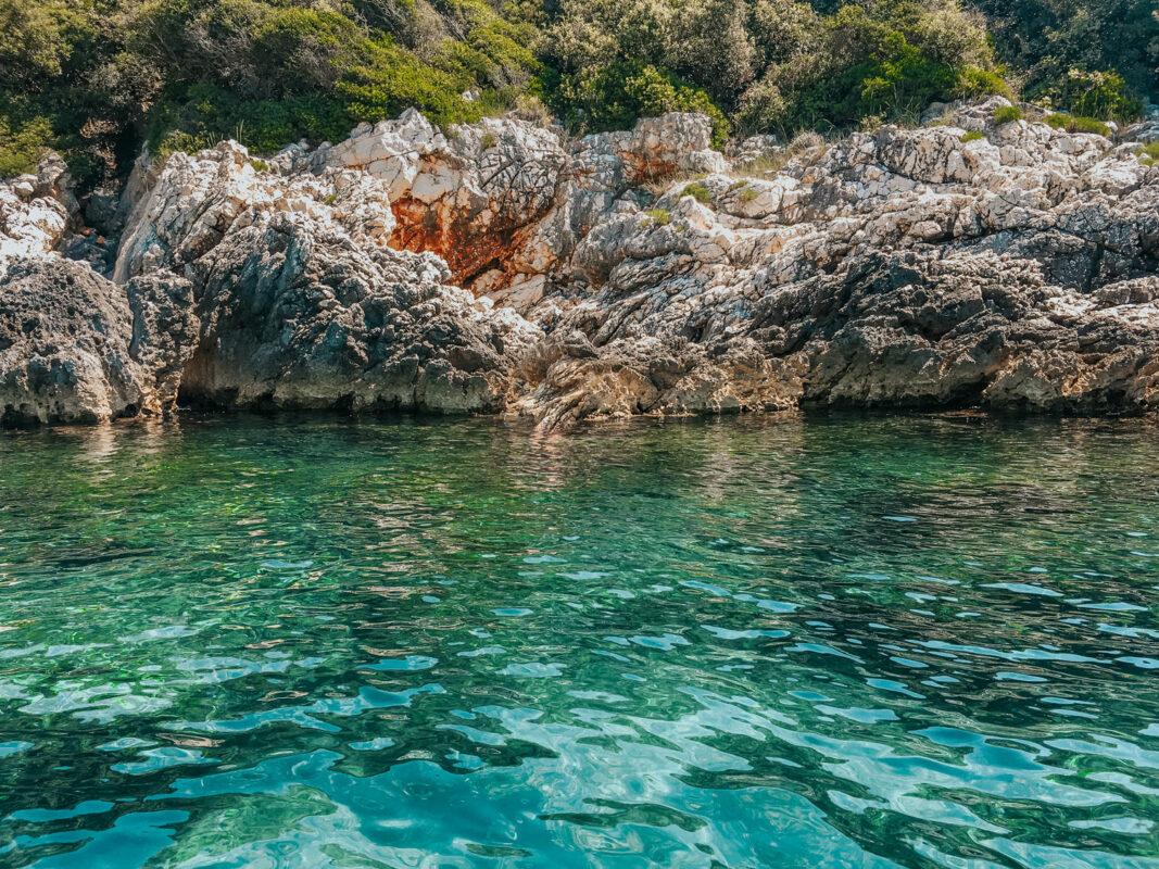 Blick auf die Felsen aus dem Boot in Kroatien